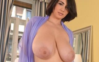 Amazing sensual masturbation by busty goddess Luna Amor
