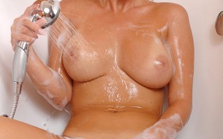 Bathing Hungarian beauty Pamela washes her hot n juicy twat