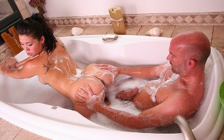 In The Jacuzzi With London Keys! Watch Her Getting Naughty
