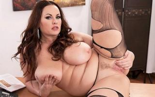 Ellis Rose finds a bra that fits her huge boobs