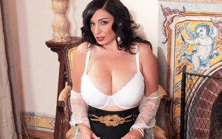 Classy babe Michelle Bond exposing her big natural attributes