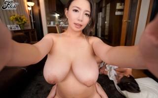 Busty Japanese mama Mako Oda temptations